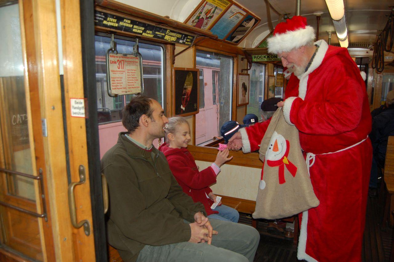 Für die jüngsten Besucher hat der Nikolaus stets ein paar kleine Überraschungen dabei.