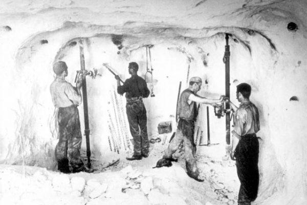 Um die Jahrhundertwende wurde das Salz noch mit Handgeräten abgebrochen und für Sprengungen vorbereitet.