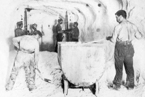 Hier werden die Grubenloren mit dem abgebrochenen Salz beladen und anschließend abgefahren.