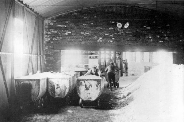 Die Verbindungsbrücke zwischen Fördergebäude und Salzmühle - mit Blick auf das Obergeschoss des Fördergebäudes. Die ankommenden Grubenwagen werden über die Brücke in die Salzmühle geschoben.