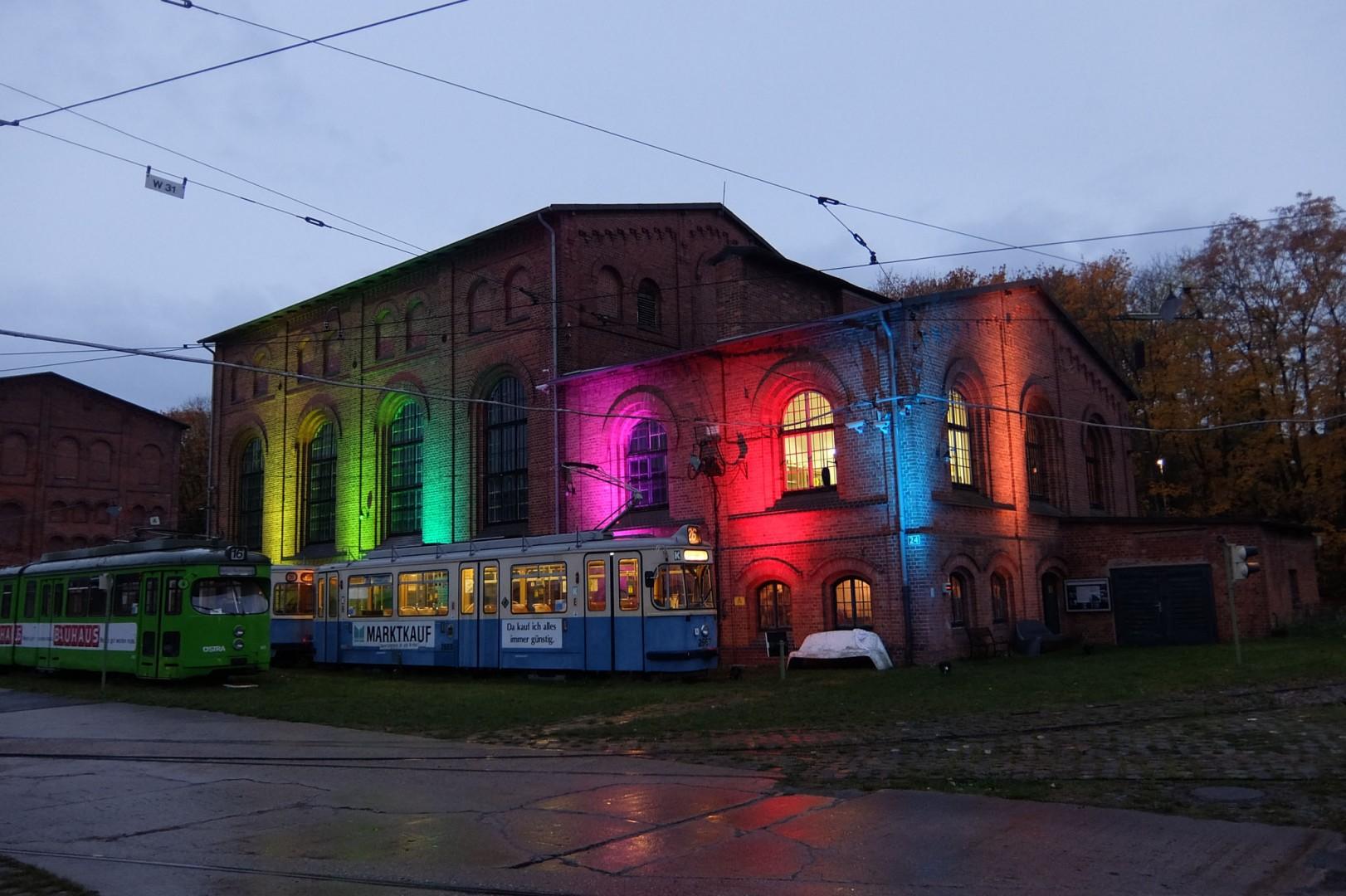 Besondere Lichtinstallationen lassen die historischen Kaligebäude farbig erstrahlen.