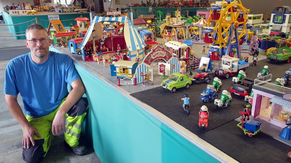 Sammler Dietmar Heintz beim Aufbau seiner aktuellen Playmobil-Schau